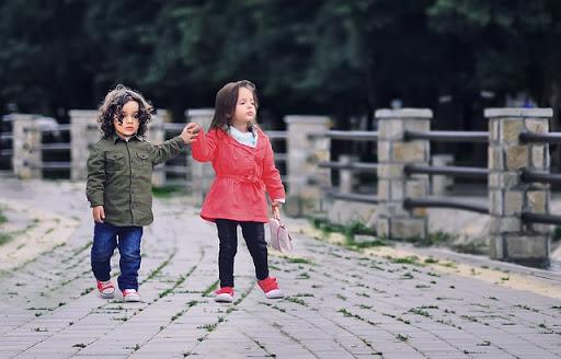 niños saludando