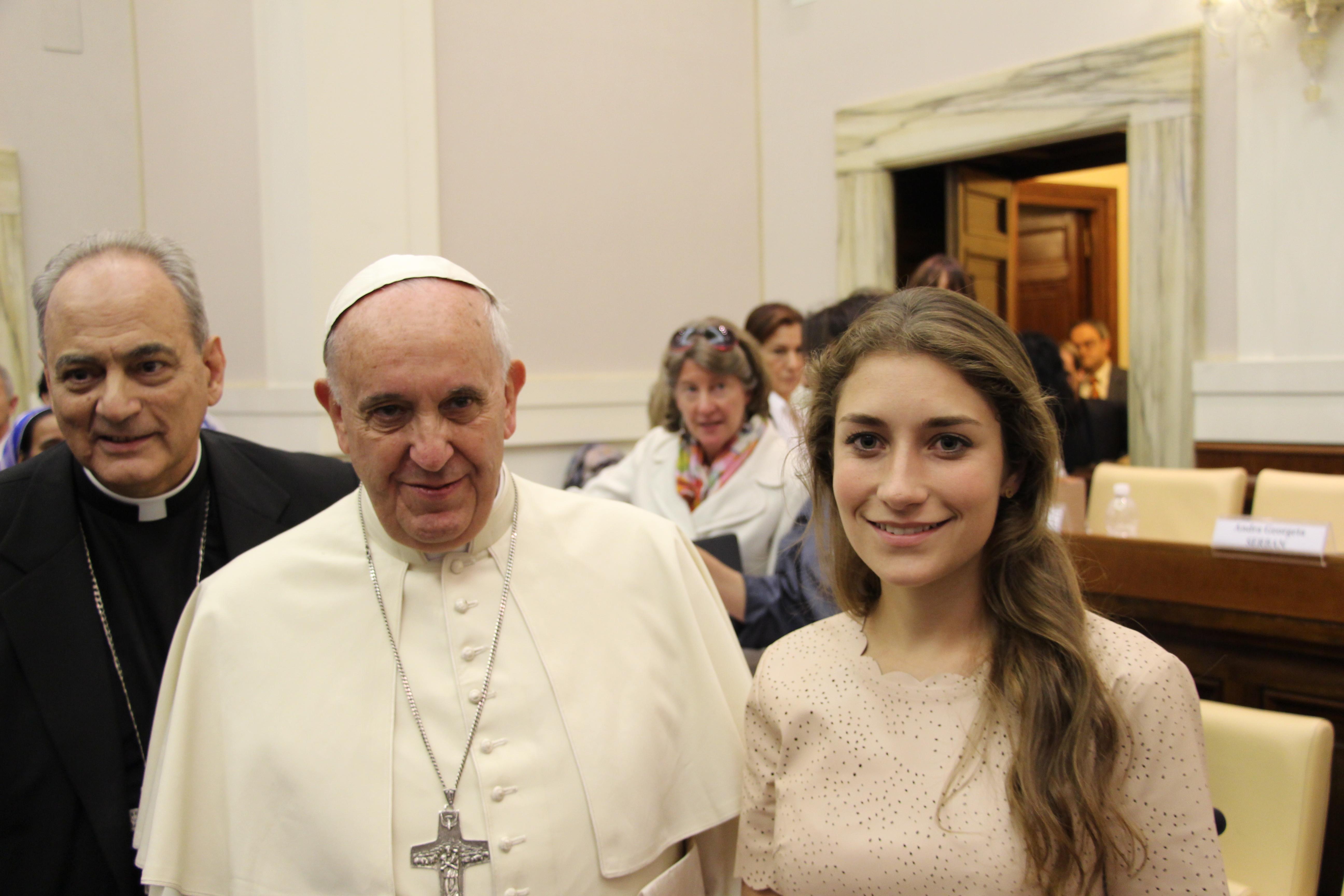 El papa Francisco, monseñor Sánchez Sorondo, canciller academia de las Ciencias del Vaticano y Mariana Ruenes, ONG, Sintrata