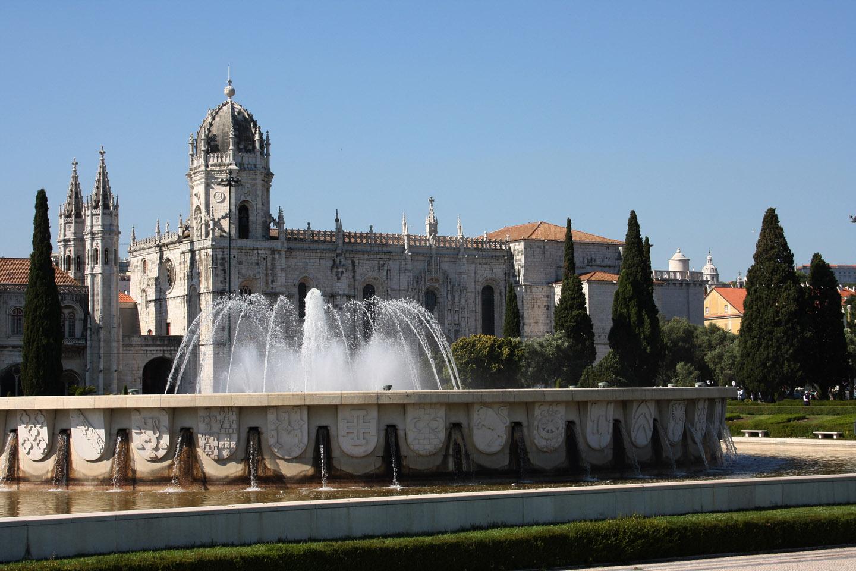 En el monasterio, además, se aprecian asomos de algunos que otros elementos decorativos que parecen predecir el arribo del barroco europeo.