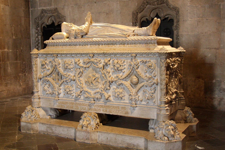 El Monasterio de los Jerónimos (una antigua Orden que se rige por la Regla de San Agustín, aunque inspirados por San Jerónimo) es también el lugar en el que descansan eternamente algunos de los más famosos personajes históricos y literarios del país