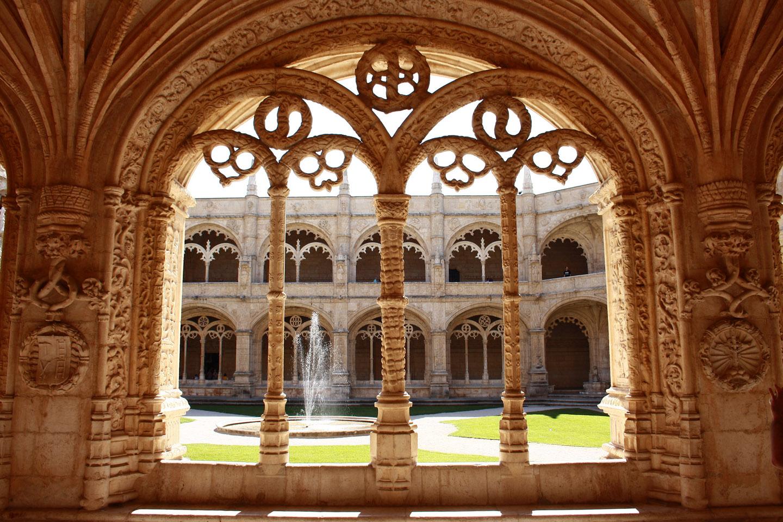 El Monasterio de los Jerónimos es un brillante ejemplo del estilo Manuelino, también conocido como gótico portugués-