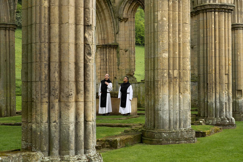 Aproximadamente 500 años después, una serie de fotografías publicadas en el DailyMail, muestra a dos monjes cistercienses, el Padre Joseph y el hermano Bernard, visitando las ruinas de una de estas grandes abadías expropiadas y destruidas.