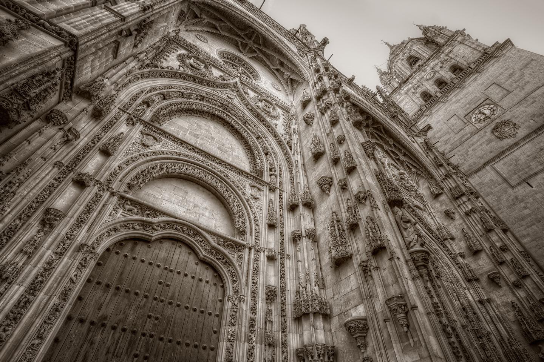 El astronauta, obra del cantero Miguel Romero, es parte de una adición hecha a la fachada de la catedral en el año de 1992, cuando se inició un necesario proceso de restauración, dirigido por el arquitecto Jerónimo García de Quiñones