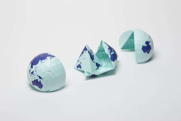AuthaGraph vende kits de papel en forma esférica, con el mapa impreso, que se pueden desplegar hasta convertirse en un mapa plano.