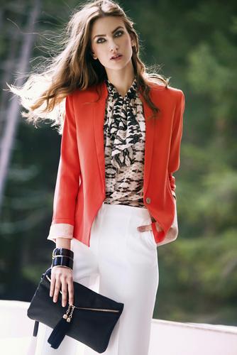 https://www.shutterstock.com/es/image-photo/young-girl-autumn-fashion-541350451