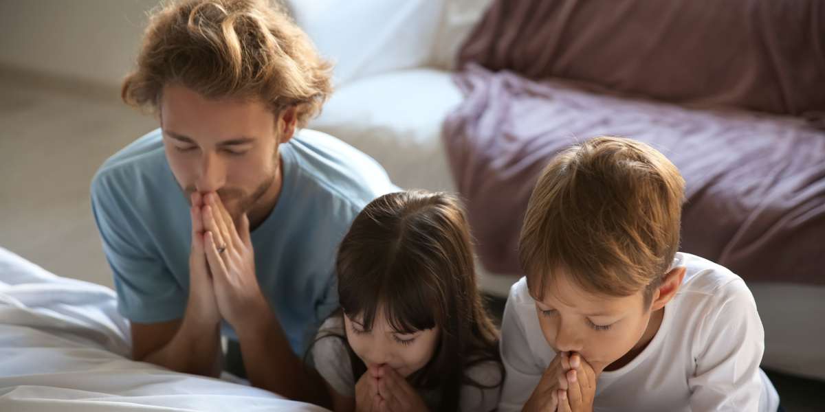 FATHER-PRAYING-KIDS-BED