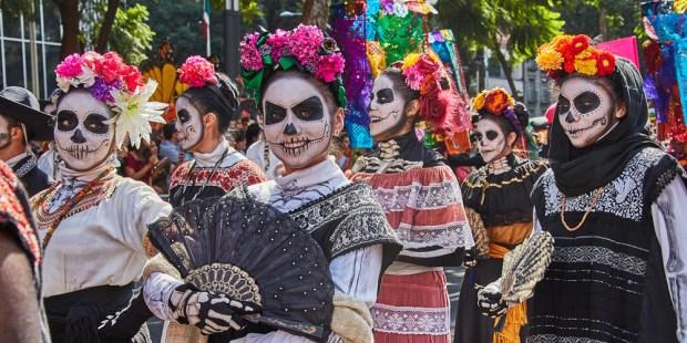 Fiesta mexican@!!! - Página 2 Web3-mexico-dead-day-masks-skulls-shutterstock_714614560-por-dina-julayeva
